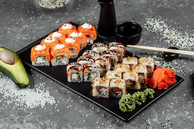 Sushi con ingredienti freschi su sfondo grigio. menù sushi. cibo giapponese