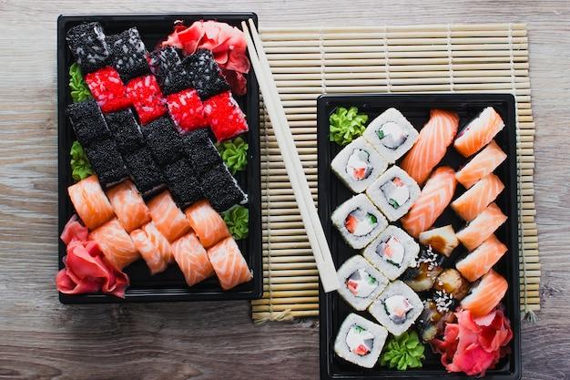 Il sushi in tavola nel pacco di consegna, ordinato in rotolo di sushi