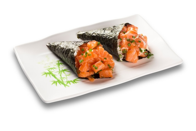 Sushi temaki salmone isolato