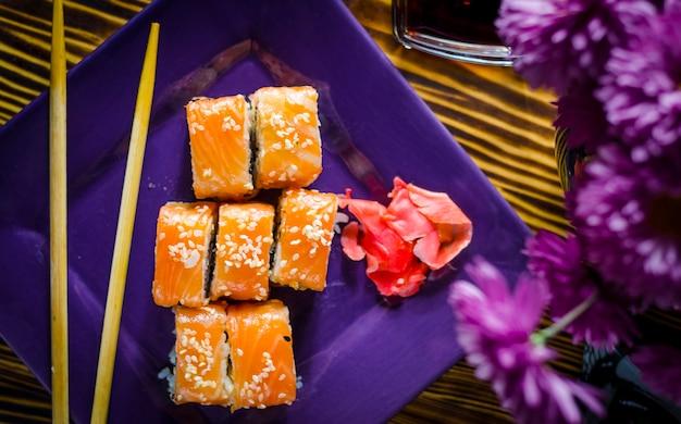 Sushi con pesce rosso su un piatto viola