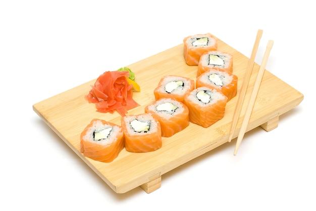 Sushi con salmone isolato su sfondo bianco - cucina giapponese