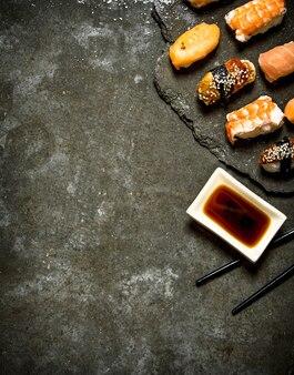 Sushi con salsa di soia.