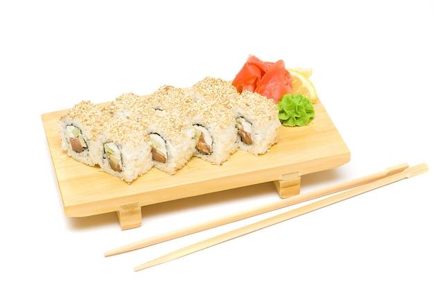 Sushi con wasabi e zenzero - isolato su bianco