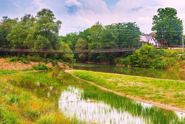Ponte pedonale sospeso sul fiume