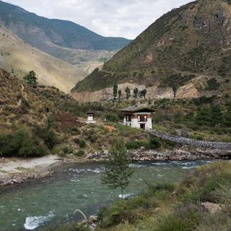 Ponte sospeso sul fiume, tachog lhakhang iron chain bridge, paro, paro district, paro valley,