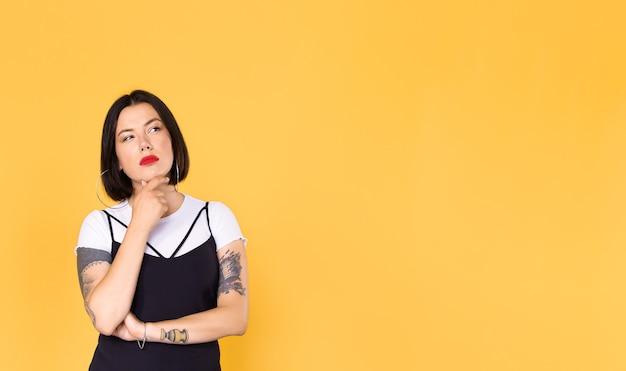 Donna sospettosa con tatuaggi