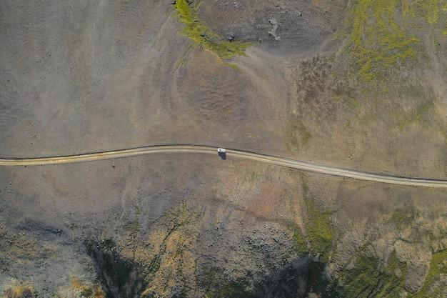 Auto suv che guida in campagna ripresa da un drone