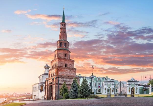 Torre pendente di suyumbike nel cremlino di kazan e il palazzo del governo con una bandiera sotto un cielo rosa al tramonto