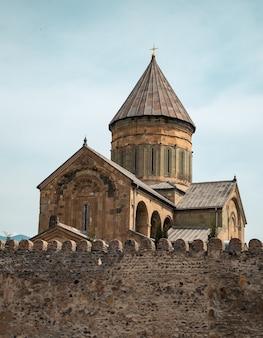 Cattedrale ortodossa di svetitskhoveli a mtskheta, georgia. chiesa con murale dello zodiaco