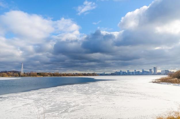 Il fiume svisloch scorre in bielorussia
