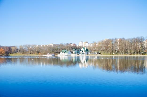 Il fiume svisloch scorre a minsk e crea punti panoramici. bielorussia.