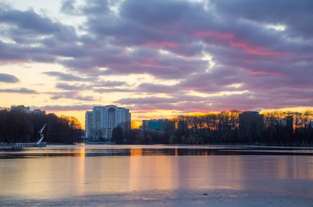 Il fiume svisloch scorre a minsk e crea punti panoramici.