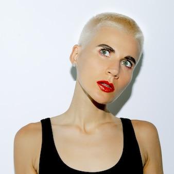 Swag ragazza bionda con taglio di capelli corto alla moda. stile maschiaccio