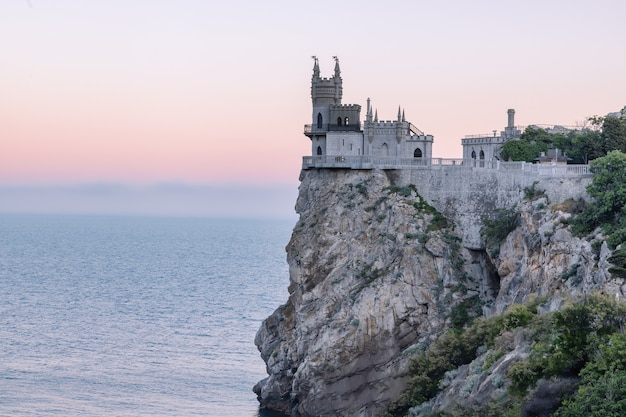 Nido di rondine è un castello decorativo situato vicino a yalta nella penisola di crimea fu costruito tra il 1911 e il 1912 in cima alla scogliera aurora di 40 metri e 130 piedi di altezza