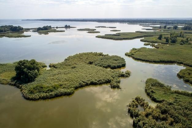 Lago paludoso, fotografia aerea, in una giornata estiva, immagine di sfondo