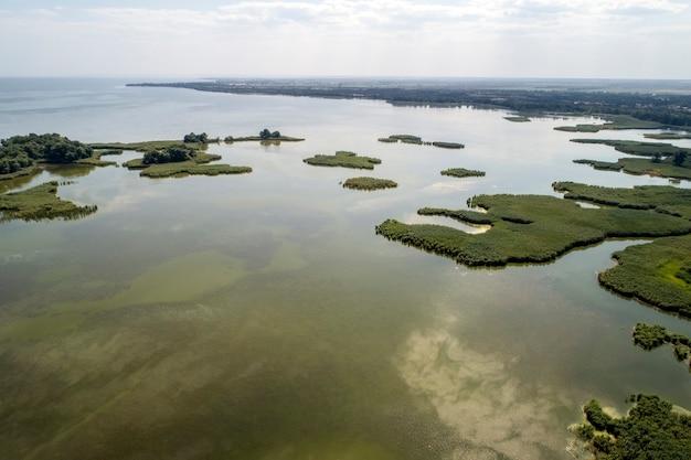 Lago paludoso, fotografia aerea, in una giornata estiva, immagine di sfondo Foto Premium