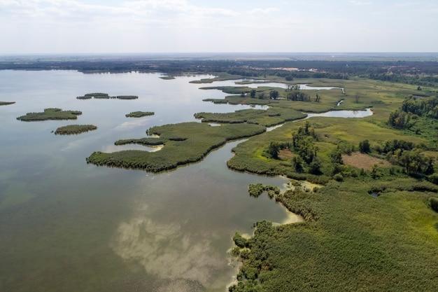 Lago paludoso, fotografia aerea, in una giornata estiva