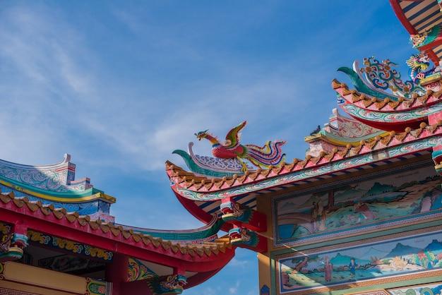 Cigno rosso con tetto santuario sullo sfondo del cielo blu