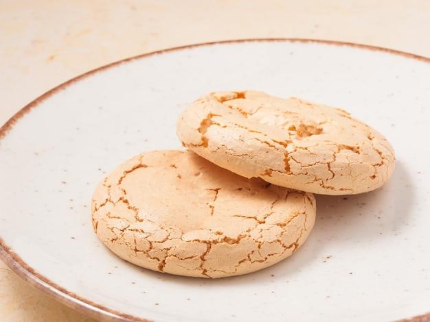 Torta di mandorle dolci su un piatto leggero