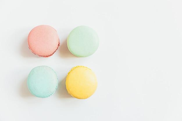 Torta di dessert macaron pastello colorato di mandorle dolci isolato su priorità bassa bianca