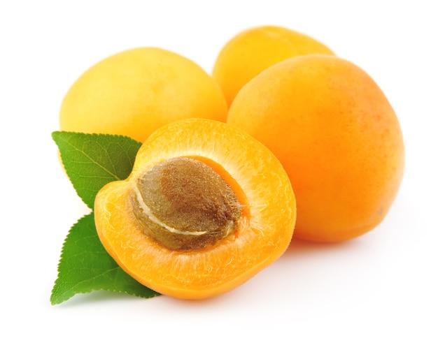 Frutti di albicocche dolci isolati su bianco