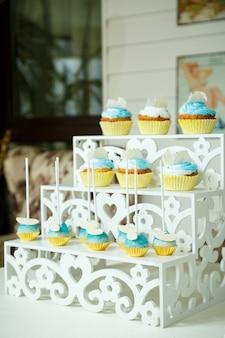 Dolce bella torta e altri dolci per il compleanno di un bambino