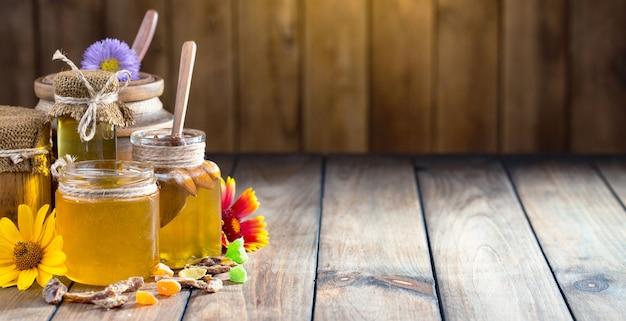 Miele di api dolci in una composizione
