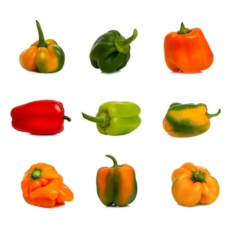 Peperoni dolci in diversi colori e forme. vitamine e salute dalla natura. collage, seth. isolato su sfondo bianco. formato quadrato.