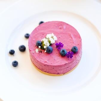 Dessert di cheesecake ai frutti di bosco per il concetto di donna. arte dolciaria. cibo delizioso del ristorante
