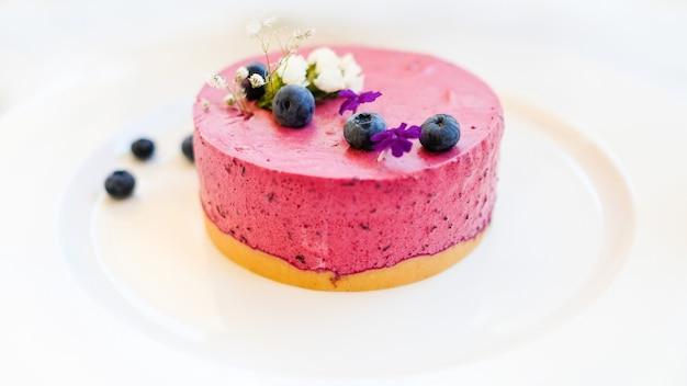 Dessert di cheesecake ai frutti di bosco per il concetto di donna. arte dolciaria.