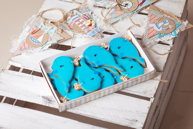 Dolci biscotti di compleanno. balene azzurre decorative e soggetti marini