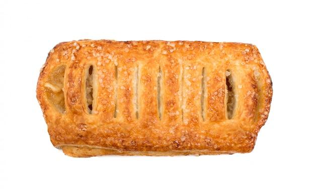 Dolce di pasta sfoglia intrecciata isolato o patè feuilletee su sfondo bianco vista dall'alto. pasta fillo fresca con marmellata all'interno si chiuda