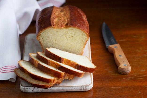 Pane dolce e fette di pane su un tavolo di legno. messa a fuoco selettiva.