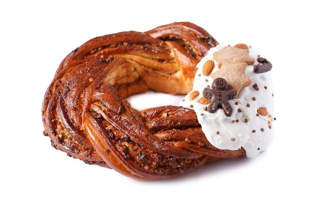 Ghirlanda di pane dolce isolato su sfondo bianco.