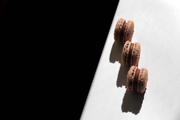 Amaretti francesi dolci al cioccolato marrone o dessert di macarons