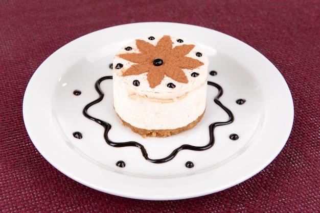 Torta dolce con cioccolato sulla zolla sul primo piano del tavolo
