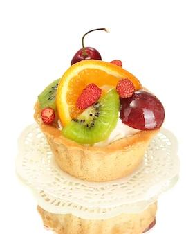 Torta dolce con frutti isolati su bianco