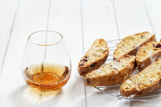 Cantuccini dolci e vino dolce. biscotti italiani fatti in casa
