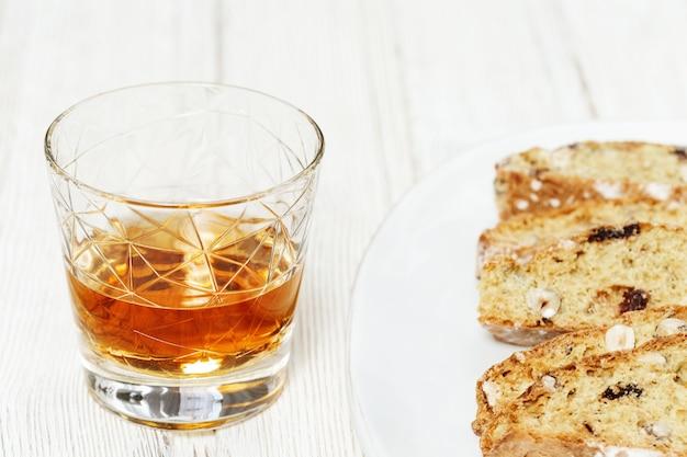 Biscotti cantuccini dolci con bicchiere di bevanda