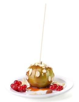 Mela caramellata dolce su stecco con frutti di bosco, isolata su bianco