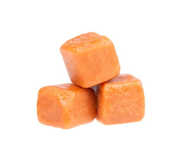 Caramelle dolci al caramello, isolate su bianco. caramello delizioso