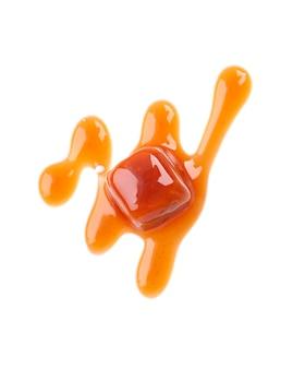 Caramelle dolci e salsa del caramello, isolate su bianco. caramello delizioso vista dall'alto.