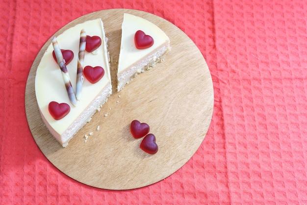 Cheesecake dolce decorata con cuori per il giorno di san valentino internazionale
