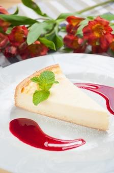Cheesecake dolce con salsa di menta e frutti di bosco cornice verticale