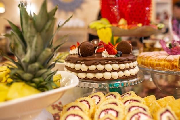 Torta al cioccolato dolce con bella decorazione sul tavolo.
