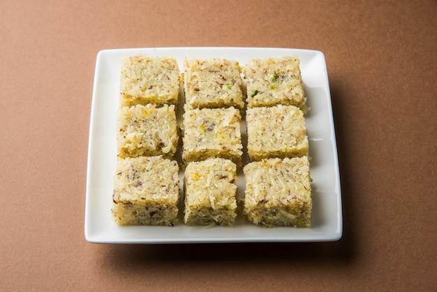 Burfi di cocco dolce o nariyal barfi, dolce popolare indiano composto da cocco, latte e zucchero