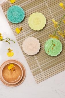 Dolce colore della torta lunare della pelle di neve. cibi tradizionali del festival di metà autunno con tè sulla tavola.