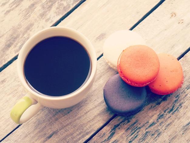 Stile retrò-vintage di macarons francesi dolci e colorati