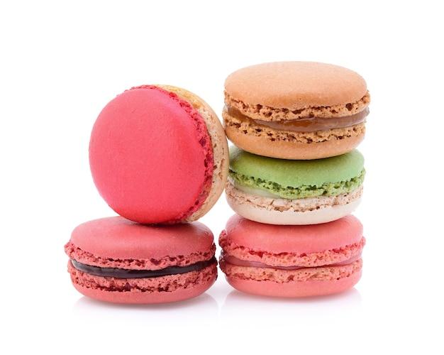 Amaretti francesi dolci e colorati o macaron su sfondo bianco, dessert.