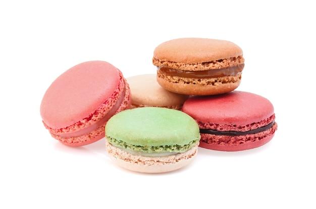 Amaretti francesi dolci e colorati o macaron su sfondo bianco